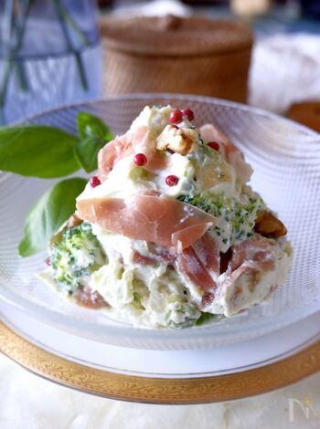 生ハムとアボカド・ブロッコリーなどの野菜をリコッタチーズで和えたサラダ風。おしゃれな前菜にもなり、ワインのおともにもぴったりです。