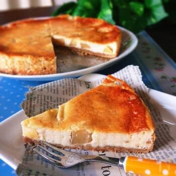 リコッタチーズを使うことでカロリーを抑えたチーズケーキ。ごろごろ入ったりんごのシャキシャキ感も楽しいアクセントになります。よく冷やして召し上がれ。