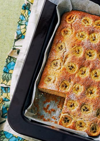 ホットケーキミックスはホットケーキ以外にもいろいろな使い道があります。まず利用しやすいのがケーキ♪こちらは、ロイヤルミルクティーとバナナがマッチしたティータイムにぴったりです。ミルクティーは電子レンジでできるのでお手軽。材料を混ぜて焼くだけの簡単レシピです。表面のバナナは丁寧に並べましょう。