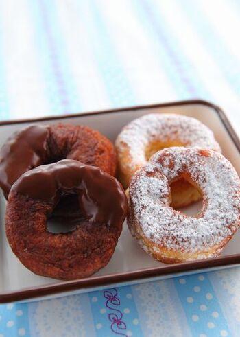 ホットケーキミックスを使えばドーナツ生地もお手軽にできます。揚げるひと手間があるドーナツなので、生地作りが簡単だと嬉しいですね。基本のプレーン生地は、ホットケーキミックスと卵、牛乳の3つでOK。ココアを加えればココアドーナツになります。生地は牛乳の量で硬さを調節しましょう。粉糖や溶かしたチョコレートでアレンジを加えても◎
