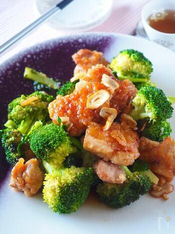 肉ばかり食べて野菜を残しがち……。というお子さんやパートナーのために作ってほしい、鶏の肉汁&バター&ポン酢の美味しが混ざり合う炒め物。ブロッコリーに美味しいソースが絡んで、残したくなくなるはず!?