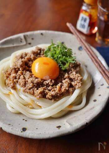 うどんはもちろん、肉味噌もレンジで調理できる、楽々レシピ。肉味噌がピリ辛でしっかり味なので、つゆ無しでも美味しく食べごたえがある一皿に。