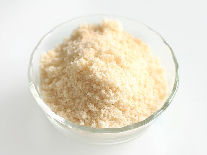 ケーキやマカロン、クッキー、マフィン、タルトなどの人気の焼き菓子作りの材料としてレシピにのっているアーモンドプードルは、生のアーモンドを砕いて粉末にしたものです。