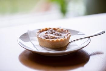 生地の一部に加えてお菓子を作ると、アーモンドの風味やコク出て、食べた際にアーモンドの香ばしい香りが口の中に広がります。他にも麦粉と違ってグルテンが含まれていないので、アーモンドプードルを生地に加えると、パウンドケーキなどは生地にしっとり感が増し、クッキーはサクサクとした歯触りに。