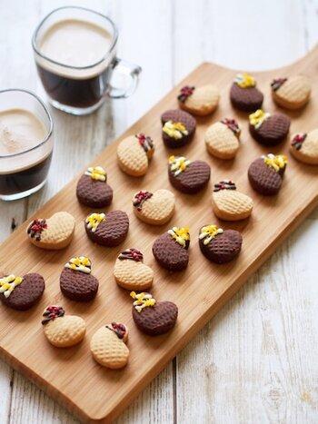 アーモンドプードル(パウダー)、薄力粉、粉糖、シナモン、バターで作る口溶けのよいクッキーは、スペインでクリスマスやお祝いに欠かせないデリケートな食感を楽しむお菓子です。家族でお祝い事があるときに出しても良いかも。仕上げにチョコペンやアラザンでキュートにトッピングすれば、より華やかな雰囲気が演出できて◎。