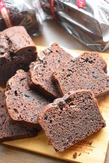 ホットケーキミックス、ココアパウダー、アーモンドプードル、チョコチップなどで作る、チョコたっぷりのパンドケーキ。ホットケーキミックスで手軽に作れるのに、アーモンドプードルが加わり、より風味のよい本格的なパウンドケーキに仕上がるのも魅力的。