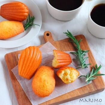 薄力粉、ベーキングパウダー、アーモンドプードル、卵、レモンの皮のすりおろしなどで作るマドレーヌ。シンプルなマドレーヌですが、艶ピカのなめらかな表面やふんわりと焼きあげるコツなど、基本ながら完璧なマドレーヌを作ることができて参考になることがいっぱいのレシピです。