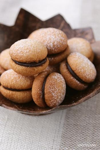 コンパウンドオレンジ、チョコレート、アーモンドプードル、小麦粉、コーンスターチ、粉糖で作るイタリアのお菓子「バーチ・ディ・ダーマ」。コロンとした見た目がキュートなクッキーで、こちらもホロホロの食感が楽しめます。生地にオレンジのペーストであるコンパウンドオレンジを入れる事でほんのりオレンジ味の香ばしいクッキーに焼き上がります。