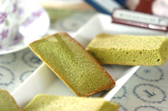 抹茶、アーモンドプードル、薄力粉、ベーキングパウダーなどで作る「抹茶のフィナンシェ」。表面はサクッとしていて、中はアーモンドプードル効果でしっとりとしたフィナンシェは、抹茶の香りやグリーンの見た目もさわやかで、ティータイムが癒しの時間になりそう。