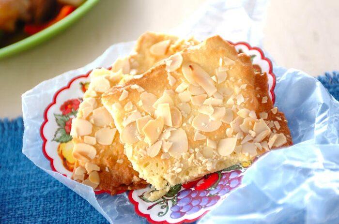 アーモンドプードル、スライスアーモンド、薄力粉などで作るアーモンドの香りたっぷりのサクサク香ばしいクッキー。手早く作れてしかも失敗することなく簡単に美味しいクッキーが作れるので、お菓子作りが苦手な方はこちらのレシピからチャレンジしてみるのも良いかも。