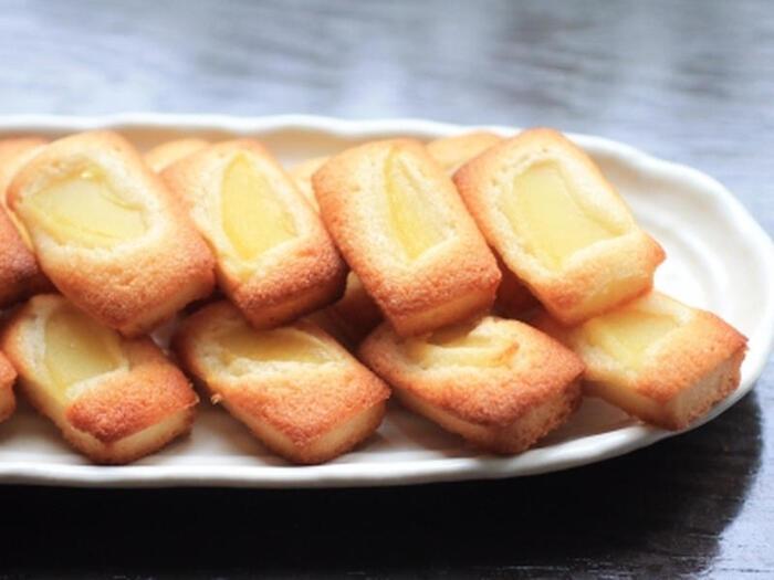 リンゴのコンポート、アーモンドプードル 、薄力粉、卵白、バター、グラニュー糖で作るフィナンシェ。リンゴのコンポートは市販の缶詰を使うので、さわやかなフルーツの香りが食欲をそそるフィナンシェを気軽に作れて◎。