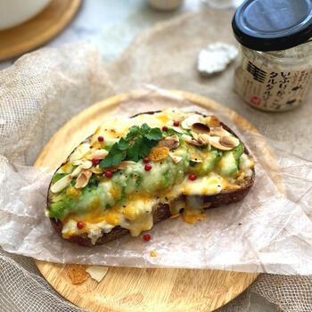 いぶりがっこをパンに乗せ、アボカドやチーズを載せてトースターでチン♪いぶりがっこのスモーキーな香りとチーズの相性は抜群です。具材やパンの種類を替えてアレンジすれば、無限に楽しめますよ。