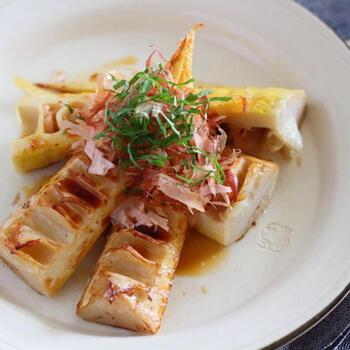 タケノコをバターで炒めて牡蠣醤油をかけるだけ!牡蠣醤油は、もう一品欲しい時のスピードメニューとしても活躍させることができる調味料です。旬の味覚も万能調味料があるだけで、手軽にランクアップの美味しさに変身です。