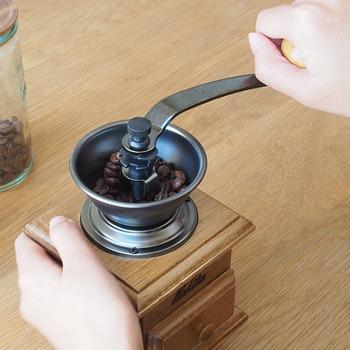 1〜2杯分のコーヒーを一度に挽けるミニサイズのコーヒーミル。家庭用としては、ちょうど良いサイズ感でインテリアにもなるレトロでおしゃれなデザイン。ビジュアル的にも欲しくなるそんなコーヒーミルです♪