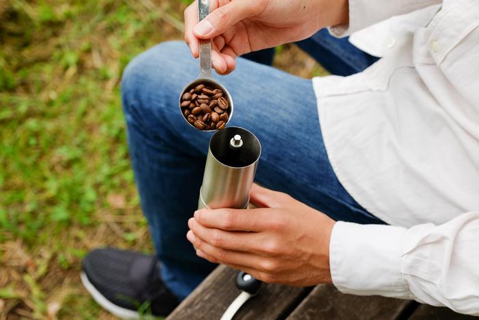 セラミック製のコーヒーミルは、豆の風味を損なわずに挽くことができるため、香り高いコーヒーが楽しめます♪お手入れもしやすいので、とても便利なコーヒーミルです*