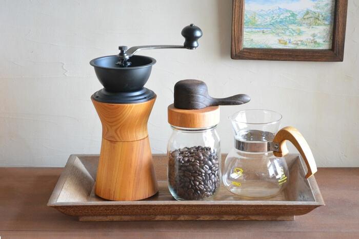おしゃれな見た目が人気の「MokuNeji(モクネジ)」のコーヒーミルは、コーヒー機器メーカーで知られるカリタの機器を使用し、持ち手が握りやすいよう職人さんによって、作られたおしゃれなコーヒーミルです*