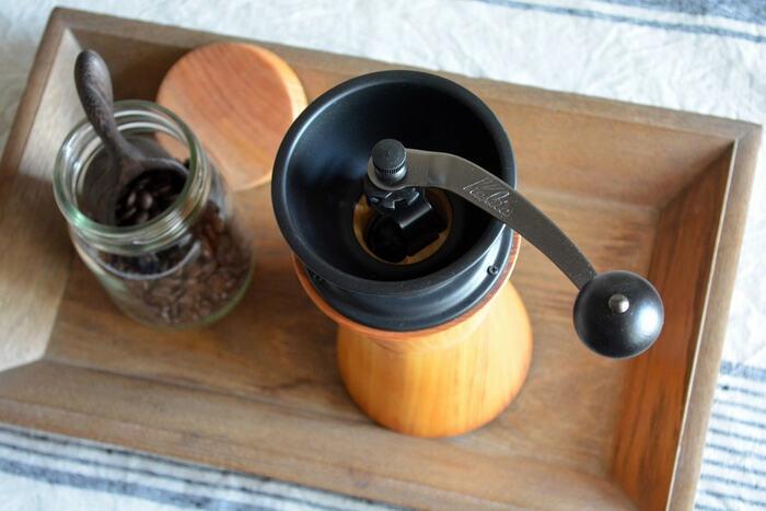 天然素材の木を使用し、滑らかな質感と手のフィット感で、使うごとに愛着の湧くコーヒーミルとなっています♪黒いコーヒー機器がシックさを放ち、木の部分との相性が抜群ですね*デザイン性にも優れたおすすめのコーヒーミルです♡