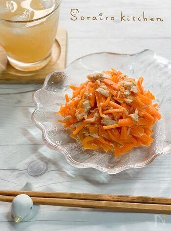甘みたっぷりの人参と、旨みがあるツナ。鶏だしとレモンのシンプルな味付けで、さっぱり爽やかな副菜に。