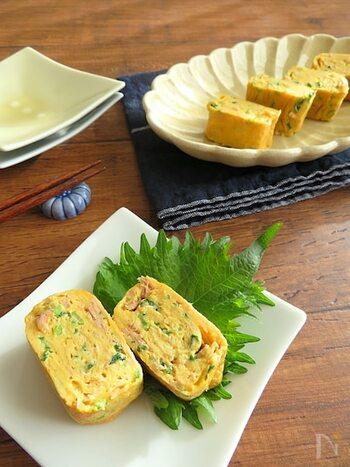 出汁巻き卵にツナマヨを入れてボリュームと栄養価をアップ。具沢山でお弁当にもぴったり。