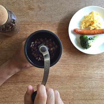 コーヒーは、挽く荒さによって味わいが変わります。コーヒーは、挽けば挽く程細かくなり、風味や味わいも濃く苦味も増します。あっさりとしたアメリカンな味わいなら粗挽き、コクと深みのあるコーヒーなら細かく挽くなど好みに合わせて荒さを変えてみましょう!