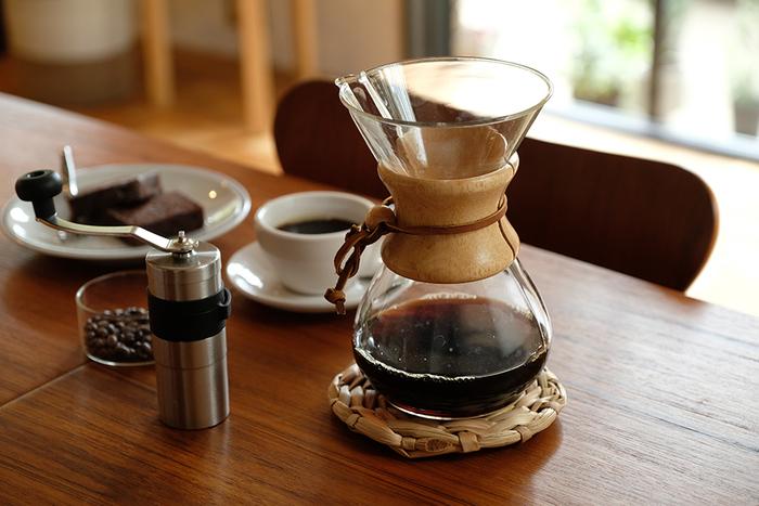コーヒーミルをチェックするなら、その他のコーヒーグッズも併せてチェックしていきましょう!こちらの「CHEMEX(ケメックス)」のコーヒーメーカーは、スタイリッシュな見た目がおしゃれな美しい形のコーヒーメーカーです。
