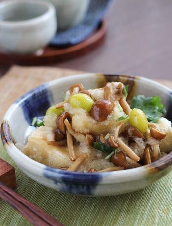 カリッと揚げた高野豆腐に、さっと煮たなめこおろしをかけて召し上がれ。お豆腐で作るよりコクと旨みがアップします。