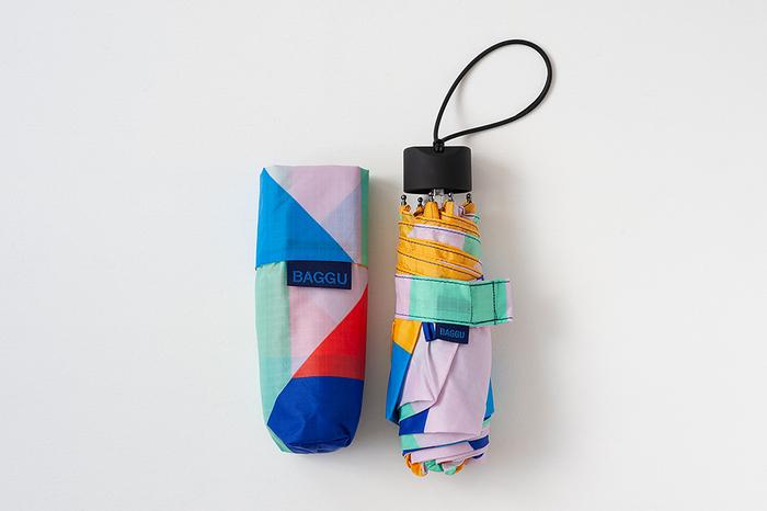カバンの場所を取らない小ささで、急な雨にもぴったり♡デザインもおしゃれで、見た目の小ささに対して、しっかりとしたサイズ感があるのもおすすめポイントです*軽量なので、バッグに忍ばせておきたい傘ですね♪