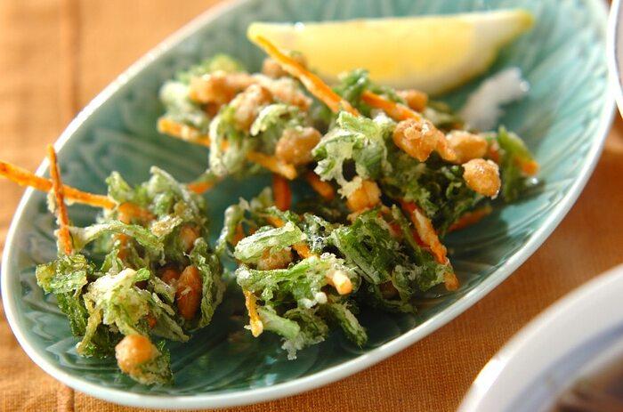 水煮大豆と春菊を落とし揚げ風に油でサクッと揚げて。春菊の苦みがおいしい、大人の味です。人参を入れて彩りも美しく。