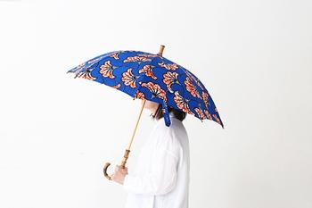 柄物の傘を手に入れるなら「Sun mi(サン ミ)」のアフリカンデザイン傘もおすすめです。デザイナーがヨーロッパに買い付けに行って生地を選び、持ち手にもデザインが施された品のあるおしゃれなデザインの傘です♪
