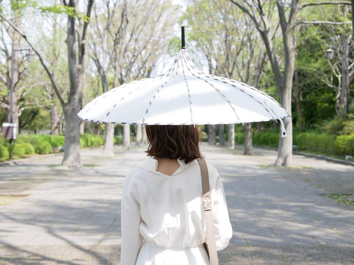 ファッションの一部として取り入れることができる傘「MOLLY MARAIS(モリーマレ)」。女性らしいエレガントな曲線を描くデザインの傘で、雨の日が待ち遠しくなるようなおしゃれな形をしたおすすめの傘です*