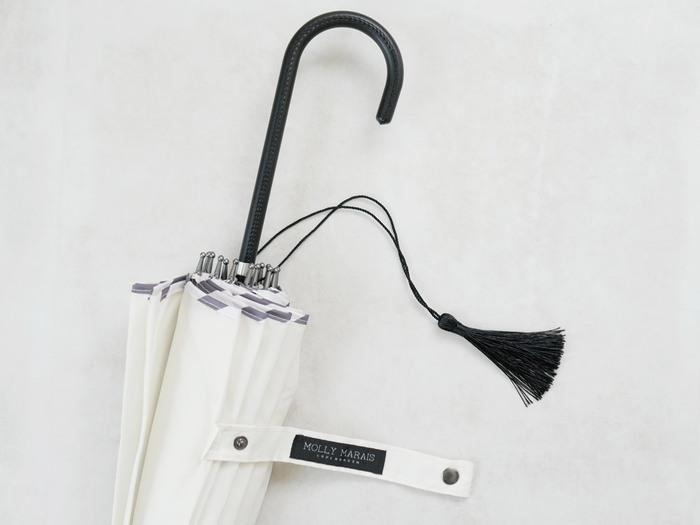 ホワイトカラーなので、どんなファッションにも合わせられるのも魅力のポイントですね♪持ち手部分にもタッセルが付いているなど、ワンポイントもとっても可愛い傘です♡