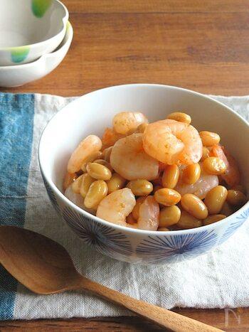 大豆の水煮とむきえびを使った簡単和総菜。海老の旨みたっぷりで、おつまみにも喜ばれます。