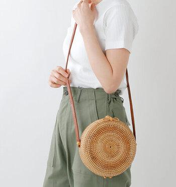 留め具にも金具を一切使わないというナチュラルテイストのラタンショルダーバッグです。蝶結びをモチーフにした留め具がユニークですね。ラタンを手作業で丁寧に編んで作られており、使い込むほどに経年変化を楽しむことができるようになっています。