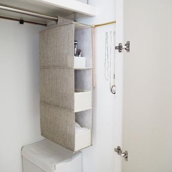 クローゼットの収納では、吊り下げタイプの収納グッズを使うと空間を無駄なく活用できます。靴下や下着などの小物をしまうのにもとっても便利。こちらのブロガーさんは、さらにその中もボックスと仕切りを使って上手に整頓しています。