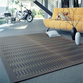 こちらは、100%国産のい草を使って丁寧に織られた掛川織のラグです。い草自体の使用本数がとても多いため、耐久性に富み、弾力性もあります。掛川織というのは、福岡県で育まれた優美な織物で最高級品といわれるもの。モダンなデザインなので、洋室にも違和感なくマッチします。