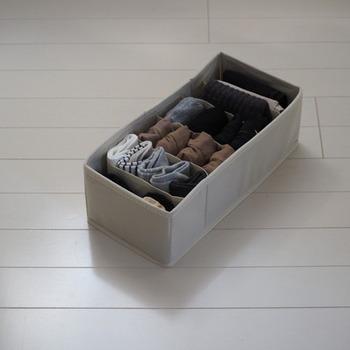 仕切りなしのボックスと仕切りが備わっているボックスの両方を使って小物をしまっていく方法もあります。靴下やストッキングなど細々したものは、仕切りのあるボックスを使うのがおすすめ。見分けるも簡単ですぐに取り出せますよ♪