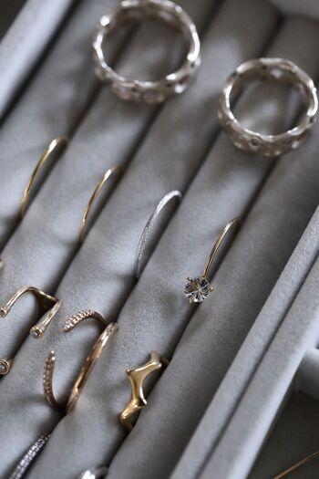指輪は、隙間に挟んで収納できるこんな仕切りがあると便利。細い指輪をたくさん持っている方はぜひ参考にしてみてください♪色味や飾りがよく見えるので、ストックしやすい&選びやすい方法です。