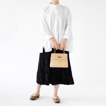 かっちりとしたフォルムに優しい色合いのラタンがユニークなこちらのバッグは、ハンドル部にバンブーを使い、クオリティ高く仕上げられています。大人の女性のカジュアルスタイルによく合います。シンプルな雰囲気ながら、よそゆきのお出かけにも対応できる質感の良さが素敵です。