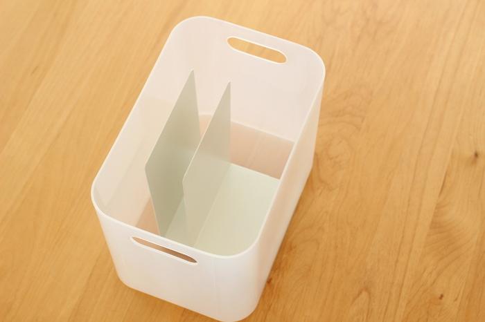 こちらのブロガーさんは、ダイソーのボックスに同じくダイソーのブックエンドを入れて仕切りにしています。ブックエンドを2つ入れれば、3つの仕切りが完成!