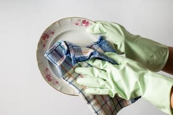 食器洗いの手荒れ対策やお掃除用に使用するゴム手袋は、どれだけオシャレなものを選んでも生活感を消し去ることが難しいアイテム。ずっと干しっぱなしでいることが多く、見た目的にはよろしくありませんよね。