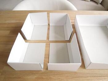 こちらのブロガーさんは、空き箱を使って仕切りボックスを手作りしています!お菓子の空き箱が無駄にならないナイスなアイディア。中箱の方を4つにカットして組み合わせると、フタの内側にすっぽり収まる仕切りの完成!切り方次第で自由にスペースをアレンジできます♪