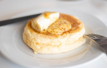 はちみつたっぷりのパンケーキやチーズケーキなどのデザート作りに使うのもいいですね。まろやかでクリーミーな風味がプラスされます。