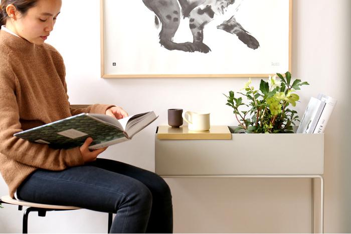 ferm LIVING(ファームリビング)「プラントボックス」は、もともとは植⽊鉢などの植物を⼊れるためのものとしてデザインされたものですが、⾒た⽬もカラーリングももオシャレ!家具としての用途で使えます。  この深さが、バッグなどの⽬隠しにもピッタリですよ♪