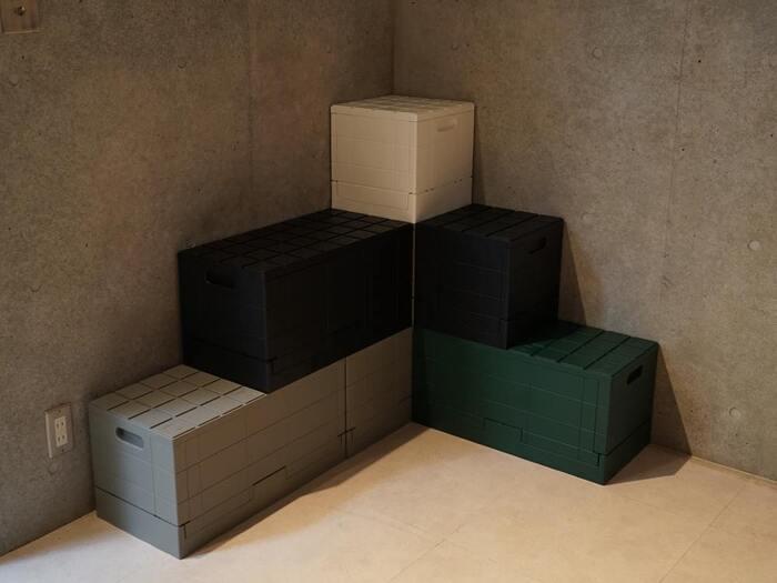 生活のための収納というより、オブジェのような佇まい。しかし容量はしっかり38.5L、耐荷重は100kg。ベンチとして使用することも可能です。  複数買って、スタッキングすることも◎この溝がしっかりかみ合ってくれるので、安定感抜群ですよ。さらに使わないときはコンパクトに畳めるので、アウトドアでも重宝します*