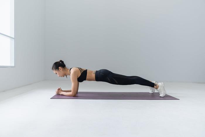筋トレをすると、筋肉をつけたり脂肪燃焼するときに活躍すると言われる「成長ホルモン」が分泌されるといわれています。それを活性化させてから「有酸素運動」をすることで、脂肪も落としやすくなるでしょう。