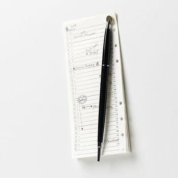 ちょっとだけ用意しておくと便利なクリップやペンを「あったらいいな」という場所に用意しておけるので、ペン立てなどを置いておくより省スペース&スタイリッシュで不思議な収納が実現!