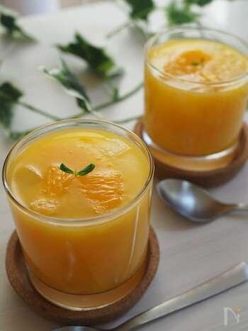 オレンジジュースで作る簡単ゼリー。 生のオレンジの果汁を加えることで、フルーティーな香りが広がります。仕上げにオレンジの果肉をトッピング◎ オレンジのみずみずしい酸味豊かな味わいとプルプルの食感を堪能して♪