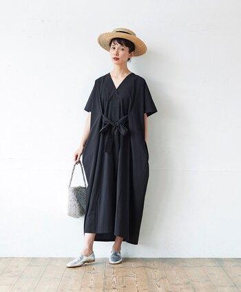 モデルのkazumiさんと一緒に作った、真っ黒な魔女ワンピース。着物を連想させるような四角い形と、ウエストのリボンで、着用時に独特のシルエットが出るよう計算されているのがポイントになっています。一枚で着てもサマになるのに、ゆったりと過ごせる楽ちんワンピースです♪