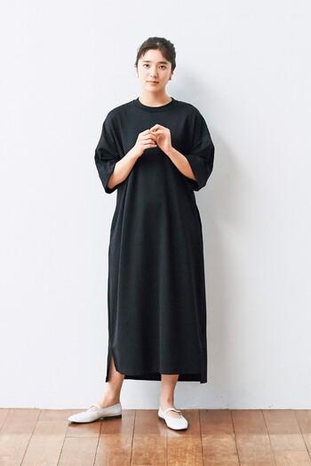 黒のTシャツワンピースは、シンプルだからこそどんなテイストにも着こなせる一枚。袖口に折り返しのデザインをプラスすることで、シンプルになり過ぎないデザインに仕上げています。ロング丈のワンピースなので一枚で着ても女性らしい印象ですが、お出かけの際はボトムスを合わせるとおしゃれ度がグッと高まります。