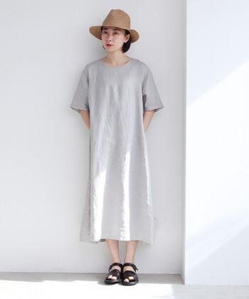 麻の中でも上等級のリネンのみを使用した、素材にこだわったワンピースです。さらっと着られるグレーのワンピースは、一枚で着ても子どもっぽい印象にならないのが魅力。